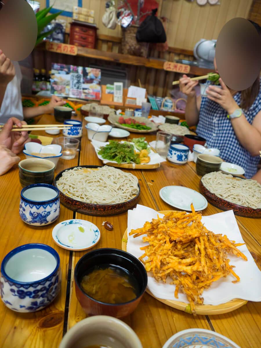 早く天ぷらを食べないとテーブルがいっぱい