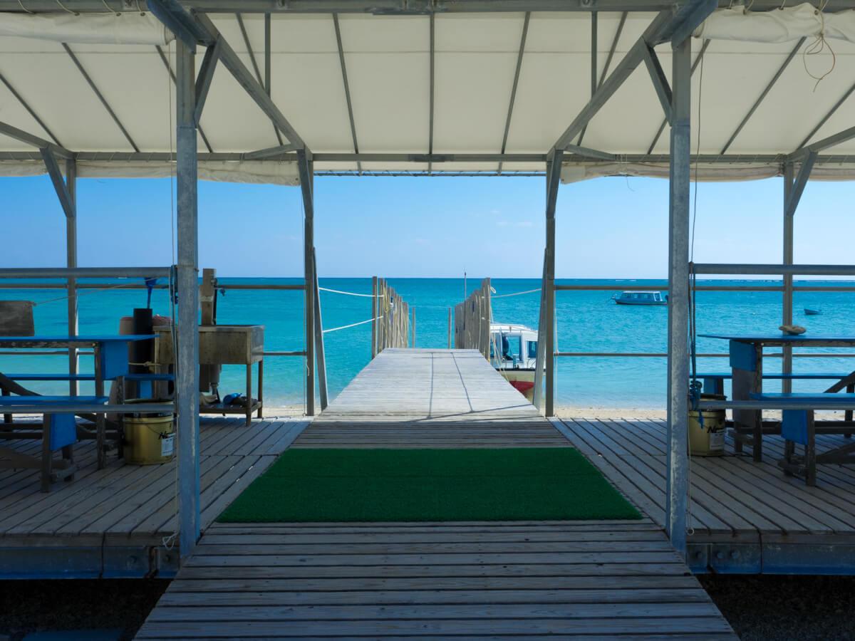 新原ビーチのグラスボート乗り場