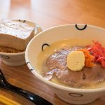 ミシュランの麺職人がプロデュースする沖縄そば「田仲そば」。宮城陶器の器が写真にも映える一品