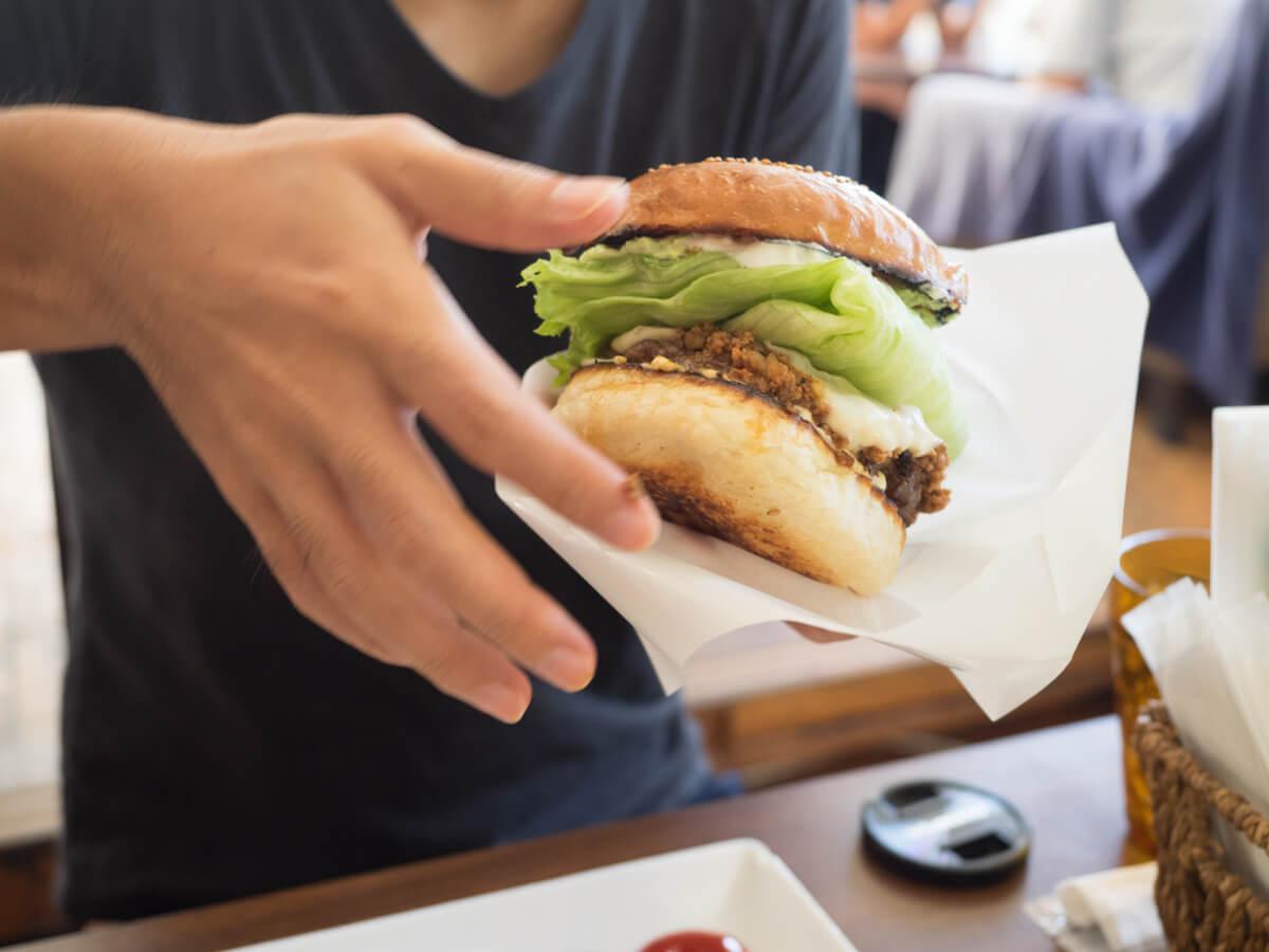 袋にハンバーガーを入れる