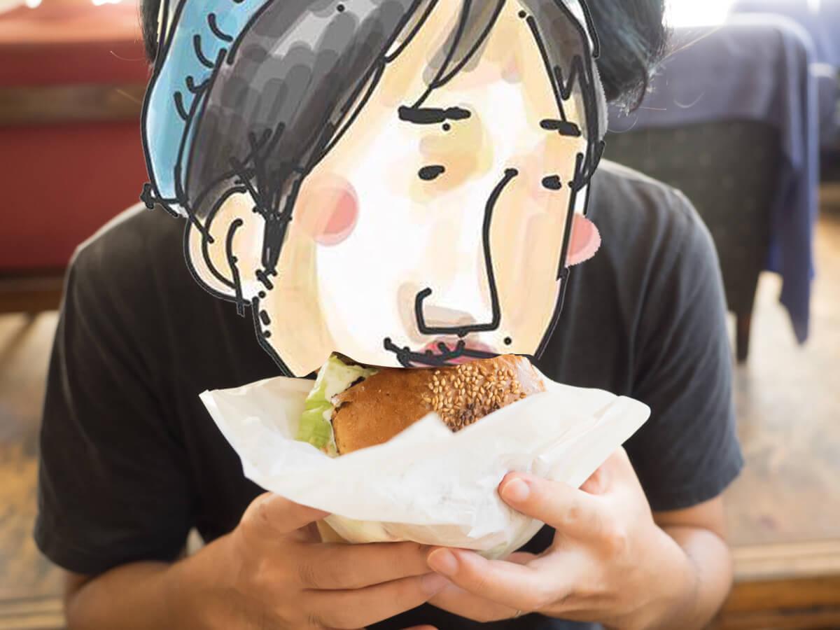 ハンバーガーにかじりつく