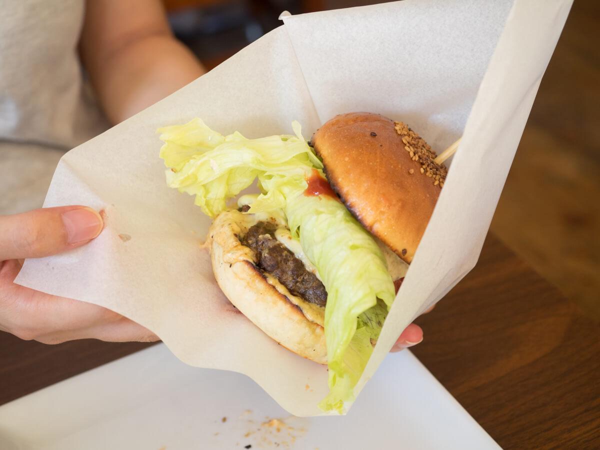 ハンバーガーを袋へ