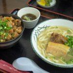 おでんのようなやさしいスープが特長の「本部そば」。ボリューム満点のよくばりセットでお腹いっぱいに!