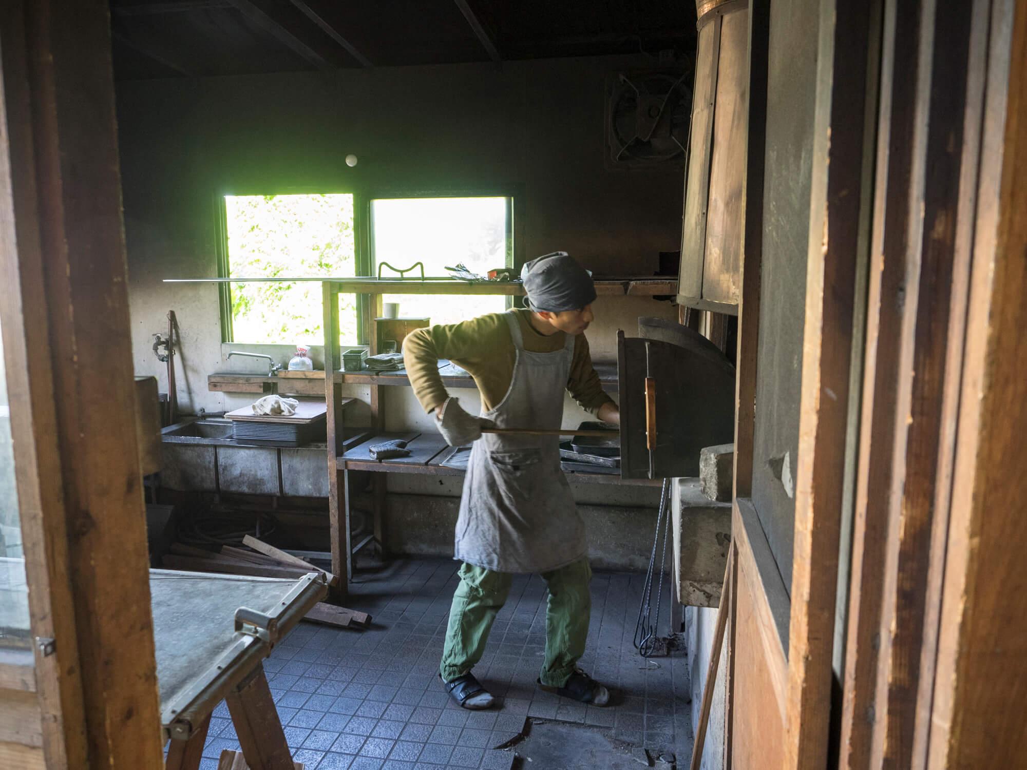 石窯でパンを焼く