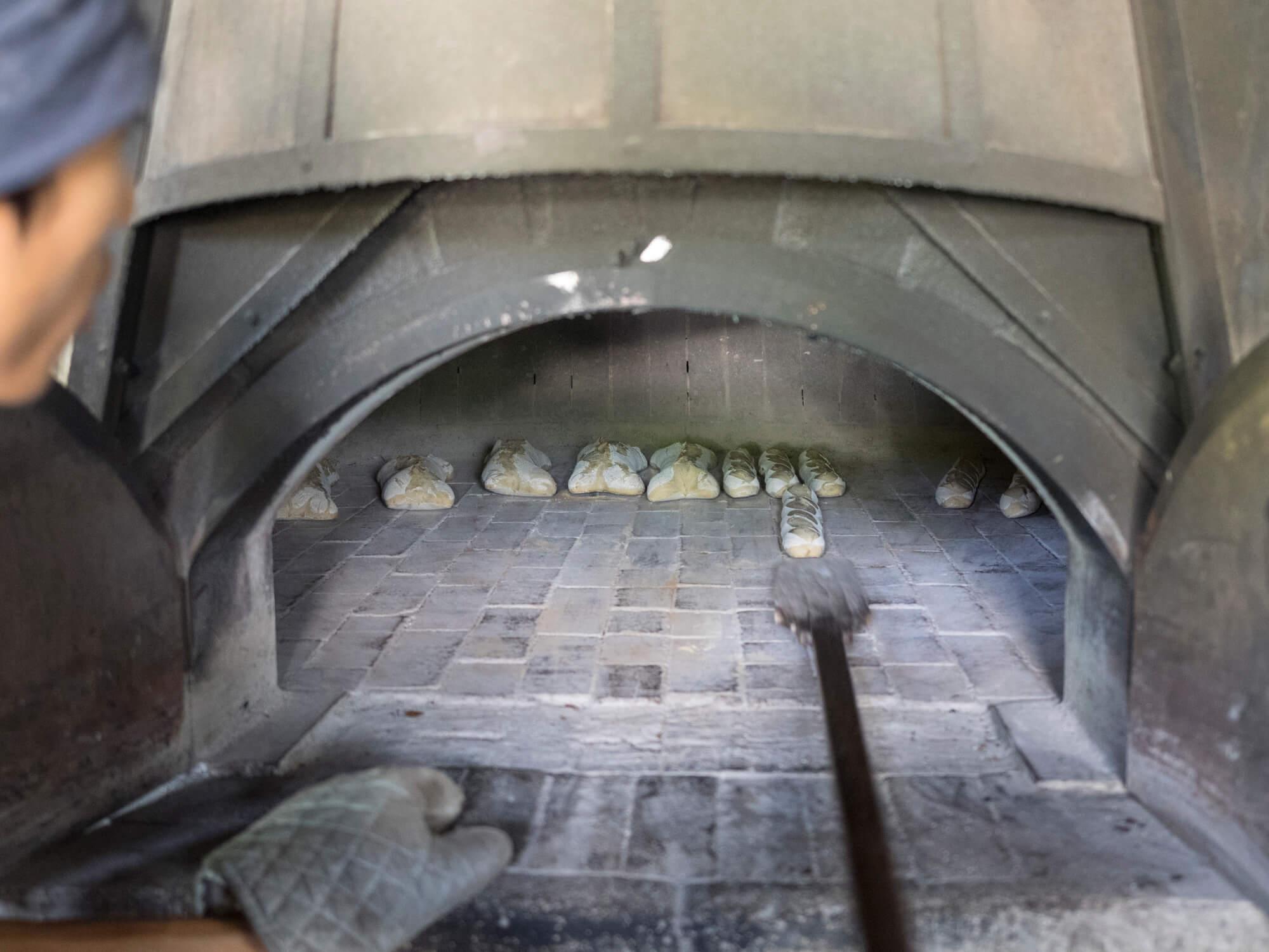 石窯で焼くパン