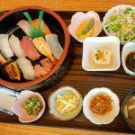 沖縄らしい雰囲気がいい。「食堂ゆきの」でオリオンビール&お寿司定食